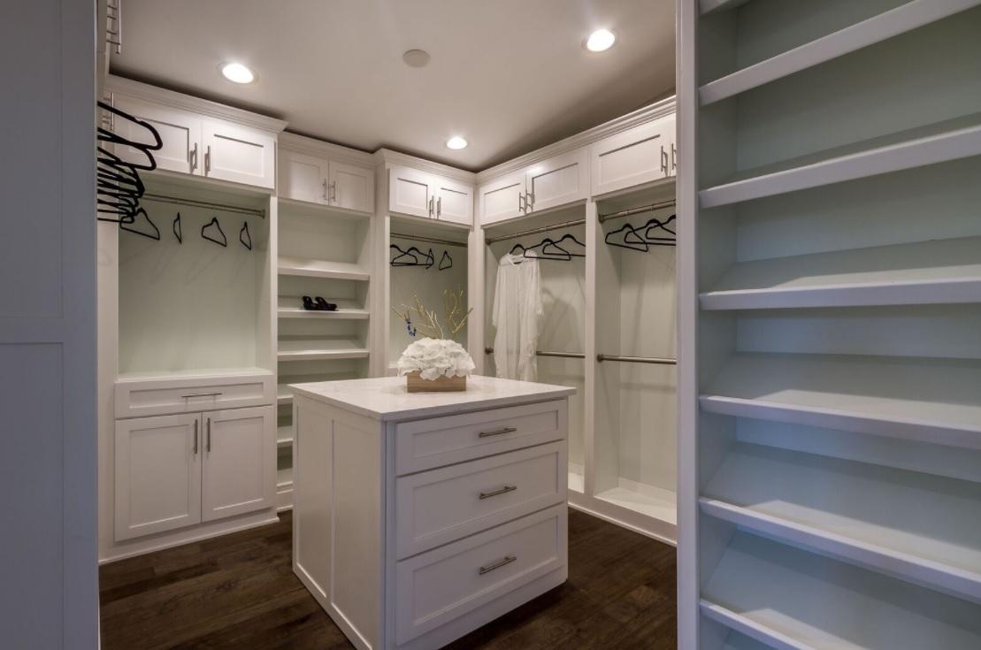 686 Geneva - master dream closet