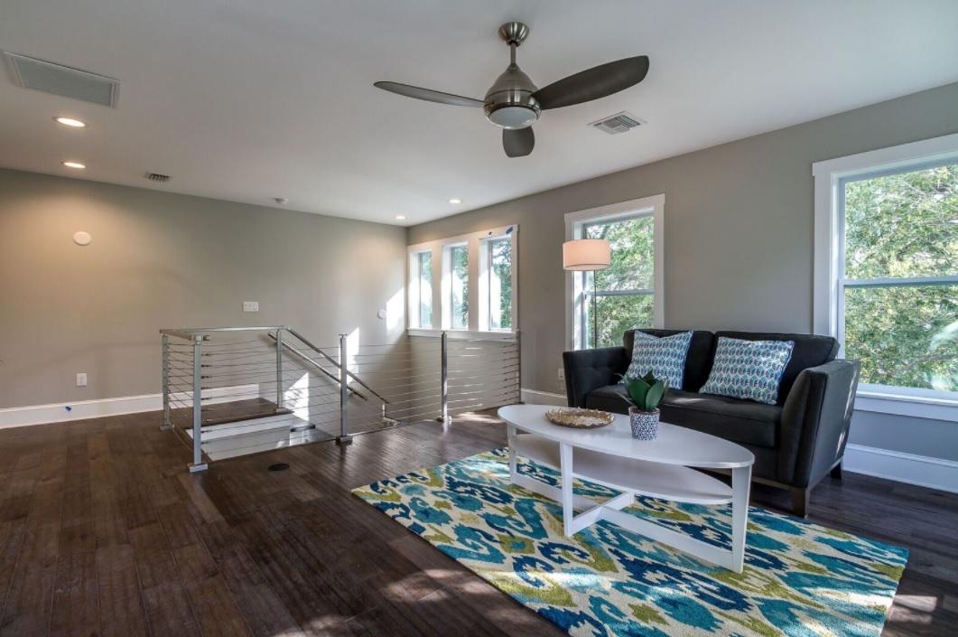 686 Geneva - light and bright living room