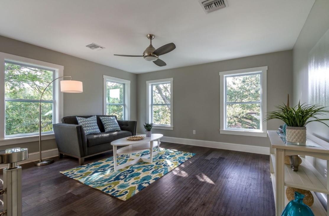 686 Geneva - loft living room